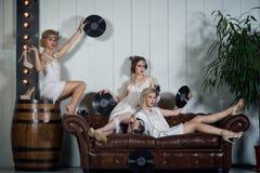Ragazze adorabili vestite in attrezzature di stile della falda Immagine Stock