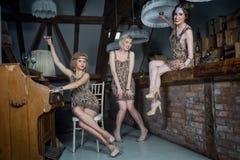 Ragazze adorabili vestite in attrezzature di stile della falda Immagine Stock Libera da Diritti