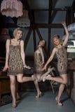 Ragazze adorabili vestite in attrezzature di stile della falda Immagini Stock Libere da Diritti