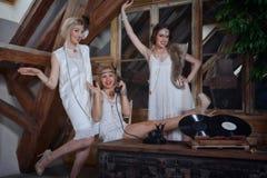 Ragazze adorabili vestite in attrezzature di stile della falda Immagini Stock