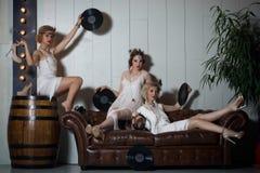 Ragazze adorabili vestite in attrezzature di stile della falda Fotografie Stock