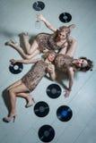 Ragazze adorabili vestite in attrezzature di stile della falda Fotografie Stock Libere da Diritti