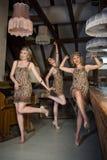Ragazze adorabili vestite in attrezzature di stile della falda Fotografia Stock