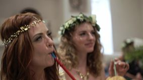 Ragazze al partito narghilé divertendosi, ballare e di fumo Celebrazione le nozze, un compleanno o dell'anniversario Evento alla  video d archivio
