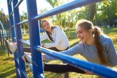 Ragazze all'aperto che fanno gli esercizi di mattina Sport, forma fisica, salute Immagini Stock Libere da Diritti
