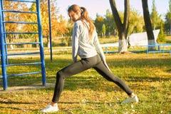Ragazze all'aperto che fanno gli esercizi di mattina Sport, forma fisica, salute immagine stock