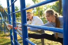 Ragazze all'aperto che fanno gli esercizi di mattina Sport, forma fisica, salute Immagini Stock
