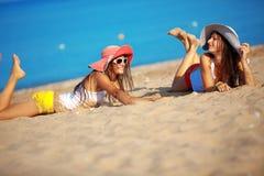 Ragazze alla spiaggia Immagine Stock