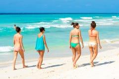 Ragazze alla spiaggia di Varadero in Cuba Fotografie Stock Libere da Diritti