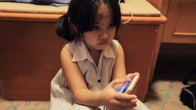 Ragazze asiatiche che giocano sullo Smart Phone stock footage