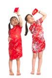 Ragazze asiatiche che sbirciano pacchetto rosso fotografia stock libera da diritti
