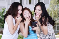 Ragazze attraenti che ridono del cortile della scuola Fotografie Stock