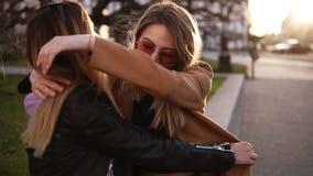 Ragazze attraenti che si siedono sulla via Il migliore amico ostenta l'anello di fidanzamento dato lei dall'amante ragazza dentro stock footage