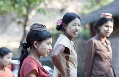 Ragazze birmane con la pasta di thanaka sui loro fronti Immagini Stock