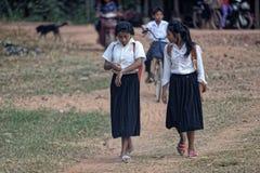 Ragazze cambogiane della scuola sul percorso fotografia stock