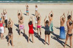 Ragazze che ballano alla spiaggia Fotografie Stock Libere da Diritti