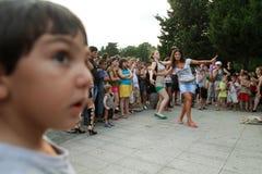 Ragazze che ballano sul boulevard di Batumi in Georgia Immagini Stock Libere da Diritti