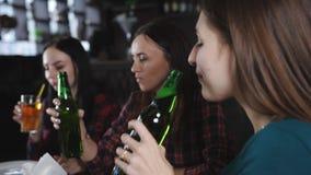 Ragazze che bevono birra e che parlano nella pizzeria archivi video