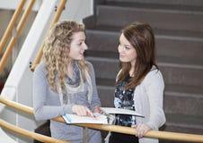 ragazze che comunicano due Fotografia Stock Libera da Diritti