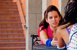Ragazze che comunicano vicino alle scale Fotografia Stock