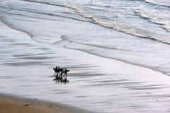 Ragazze che entrano in acqua Immagini Stock Libere da Diritti
