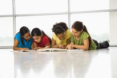 Ragazze che fanno schoolwork. Fotografie Stock