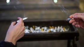 Ragazze che fumano accanto ad una via abbandonata della città alla notte Le ragazze fumano nella sera sulla via Il colpo lento stock footage