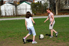 Ragazze che giocano calcio Fotografia Stock