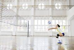 Ragazze che giocano il gioco dell'interno di pallavolo Immagini Stock Libere da Diritti