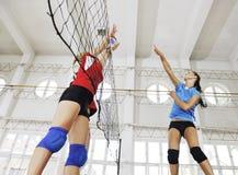 Ragazze che giocano il gioco dell'interno di pallavolo Fotografie Stock