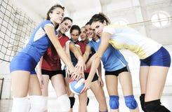 Ragazze che giocano il gioco dell'interno di pallavolo Immagini Stock