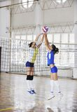 Ragazze che giocano il gioco dell'interno di pallavolo Fotografie Stock Libere da Diritti