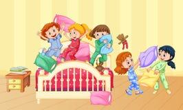 Ragazze che giocano lotta di cuscino al pigiama party illustrazione vettoriale