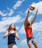 Ragazze che giocano pallavolo Fotografie Stock Libere da Diritti
