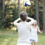 Ragazze che giocano pallavolo Fotografia Stock
