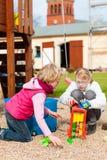 Ragazze che giocano sul divertiresi del campo da giuoco Fotografia Stock