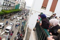 Ragazze che guardano i dimostranti fotografia stock libera da diritti