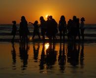 Ragazze che hanno divertimento alla spiaggia di Juhu, Mumbai immagini stock libere da diritti