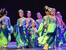 Ragazze che indossano gioielli-mattina d'argento nella danza popolare di foresta-cinese Immagini Stock