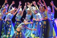 Ragazze che indossano gioielli-mattina d'argento nella danza popolare di foresta-cinese Fotografia Stock Libera da Diritti