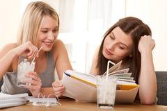 ragazze che leggono l'allievo due adolescenti di serie Immagini Stock