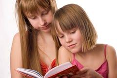 Ragazze che leggono libro aperto Fotografia Stock Libera da Diritti