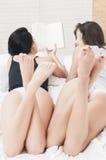 Ragazze che leggono nei pjamas Fotografia Stock