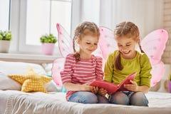 Ragazze che leggono un libro Immagini Stock Libere da Diritti