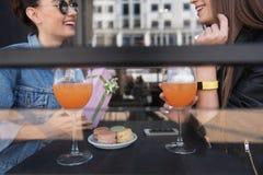 Ragazze che mangiano e che celebating in un caffè della via Immagini Stock Libere da Diritti