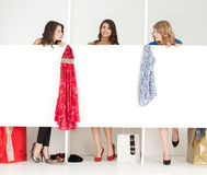 Ragazze che osservano i vestiti nel wordrobe Fotografia Stock