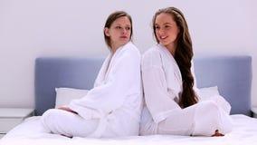 Amici in rulli dei capelli che hanno lotta di cuscino - Ragazze nude a letto ...