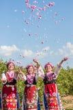 Ragazze che posano durante il festival di raccolto di Rosa in Bulgaria immagini stock libere da diritti