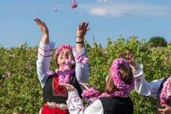 Ragazze che posano durante il festival di raccolto di Rosa in Bulgaria fotografia stock