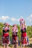 Ragazze che posano durante il festival di raccolto di Rosa in Bulgaria immagini stock